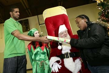 Nba Star Lamarcus Aldridge Delivers Christmas Joy In